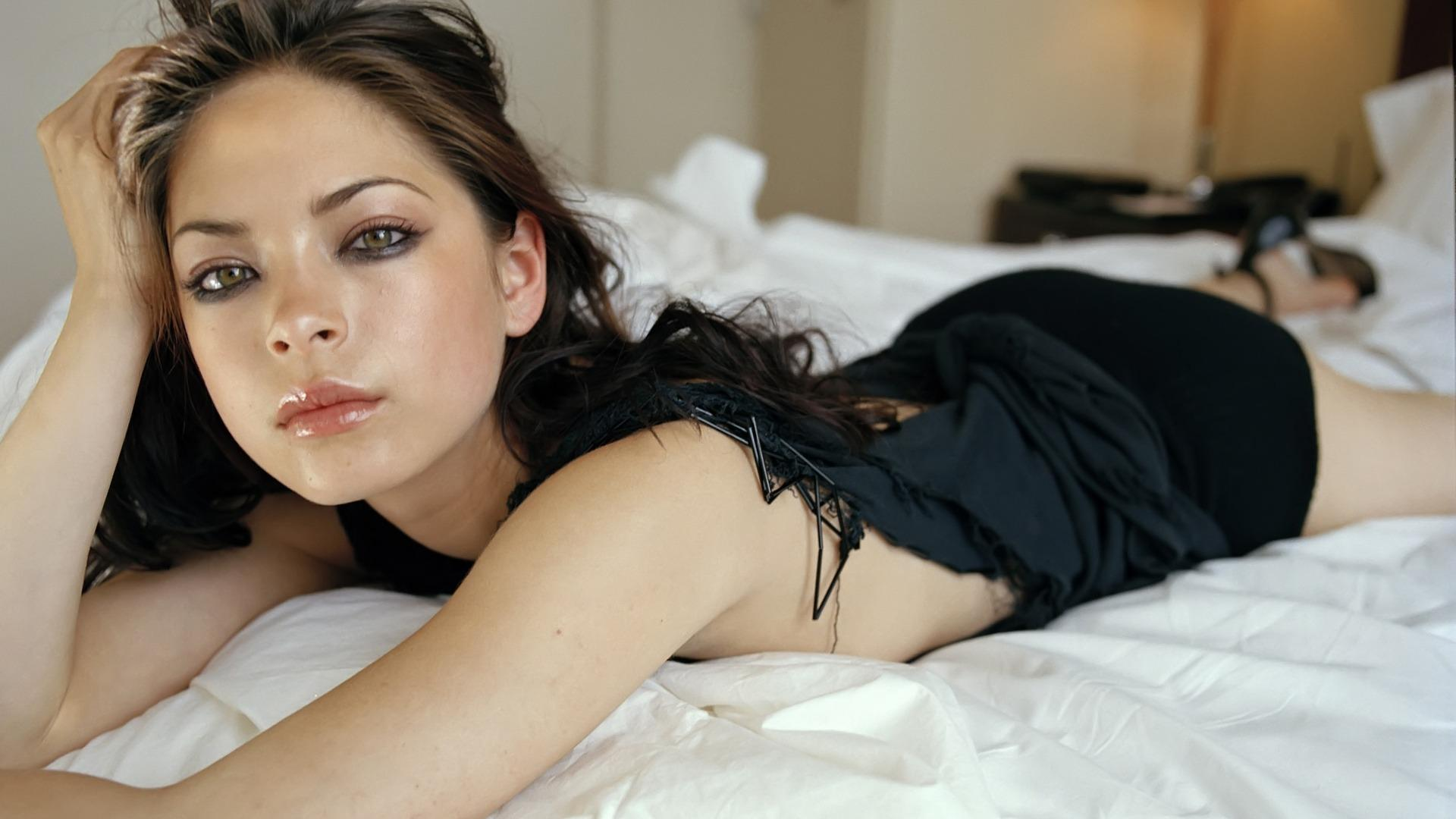 brunettes women beds Kristin Kreuk lying down - Wallpaper (#789024) / Wallbase.cc