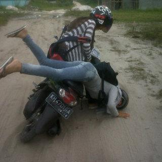 Beginilah kalo cewe gak bisa naik motor. - Kaskus - The Largest Indonesian Community