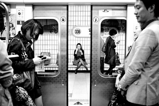 BEAUTIFUL BLACK AND WHITE / Seoul subway // apkujung yuk