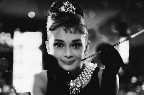 audrey_hepburn_breakfast_at_tiffanys.jpg (500×330)