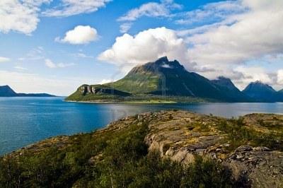 Google Afbeeldingen resultaat voor http://us.123rf.com/400wm/400/400/moori/moori0808/moori080800010/3385176-weergave-van-een-rots-landschap-in-het-noorden-van-noorwegen-langs-de-weg-kystriksvejen-nationaal-er.jpg