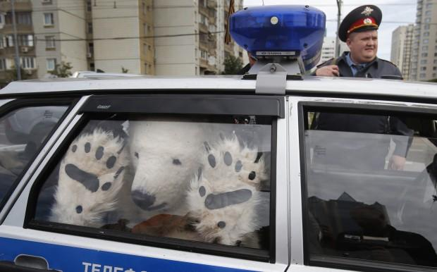 Foto L'orso di Greenpeace arrestato dalla polizia - 1 di 3 - Repubblica.it