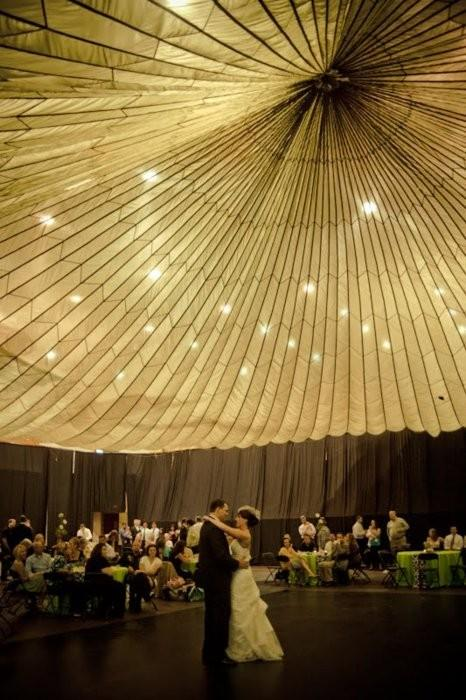 Bride Groom / Parachute ceiling! (This #bride rented a parachute for only $35! #Wedding genius.) (Credits: photo from savetheideas [tumblr])