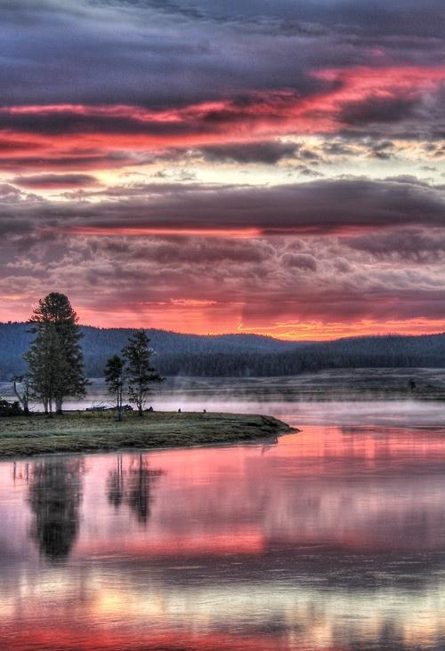 Sunset in Yellowstone National Park, Wyoming   Incredible Pictures