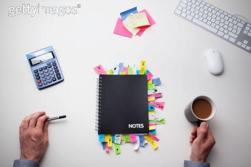 Studio Shot Of Hands Note Pad Full Of Post It… Image libre de droits | Getty Images France | 137109899