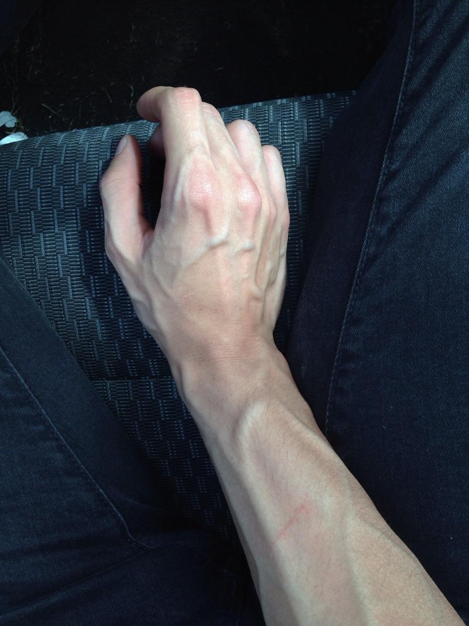 Как на фото сделать больше руку