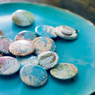 Des badges au motif de cartes routières - Marie Claire Idées