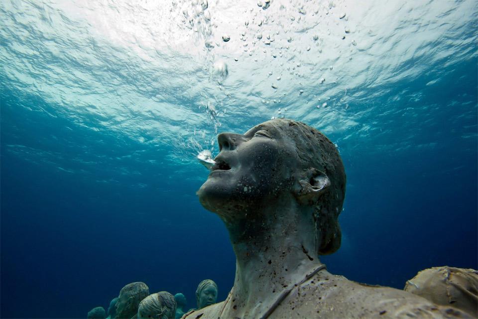 statue-breathing-underwater.jpg (960×640)