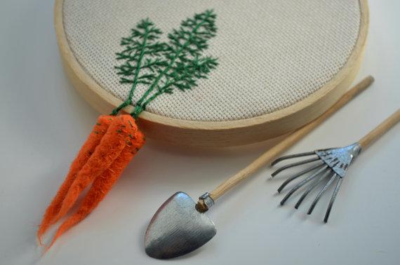 Brodé à la main de carottes Hoop Art Pâques par greenaccordion