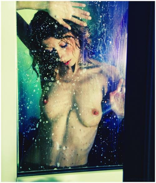 Une femme à la fenêtre - Voissa