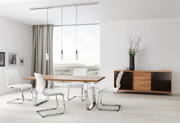 Modern-dining-table-Chrome-white-chairs-track-lighting.jpg (730×500)