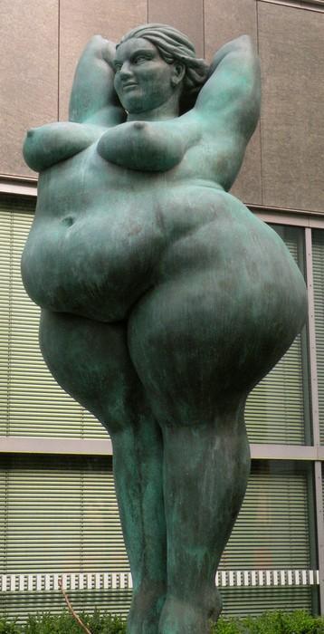 Curves / A statue in Berlin.