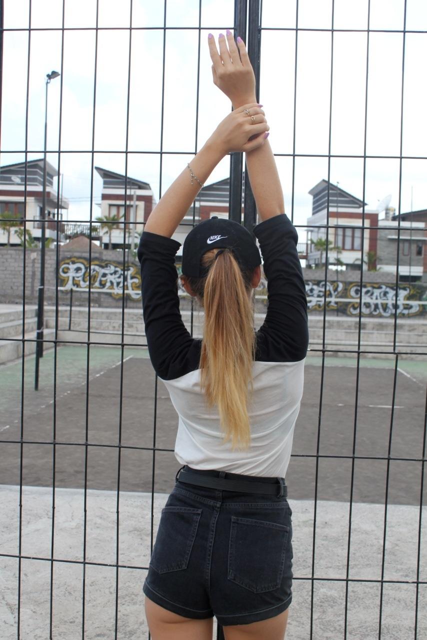 Фото подростков девочек на аву со спины
