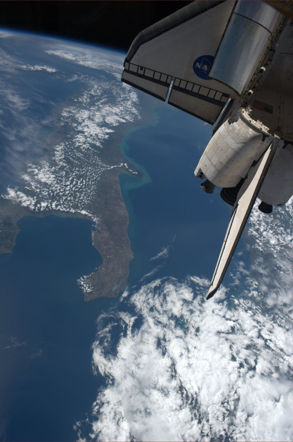 Another px #FromSpace of Space Shuttle Endeavour over Italy t... on Twitpic