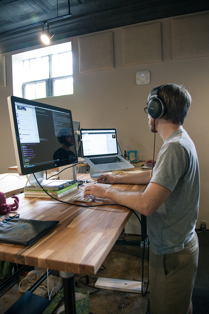 Iron Yard Adjustable Standing Desk on Inspirationde