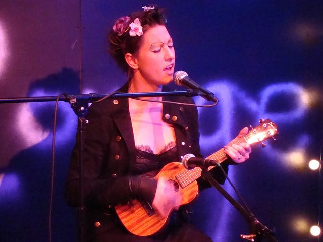 Amanda Palmer plays the ukulele | Flickr - Photo Sharing!