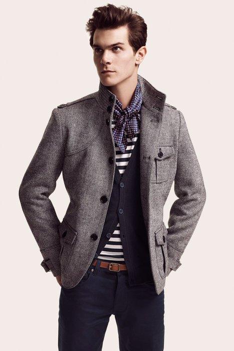 guy_wearing_short_scarf_cardigan_grey_jacket.jpg (467×700)