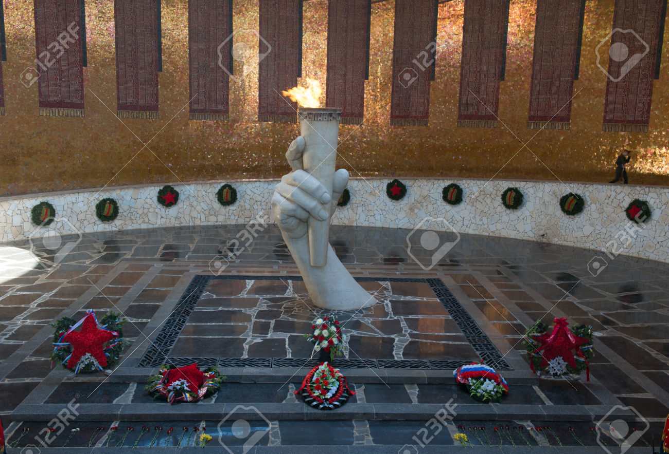 27812003-Eternal-flame-in-Mamayev-Kurgan-memorial-complex-in-Volgograd-former-Stalingrad-Russia--Stock-Photo.jpg (1300×884)