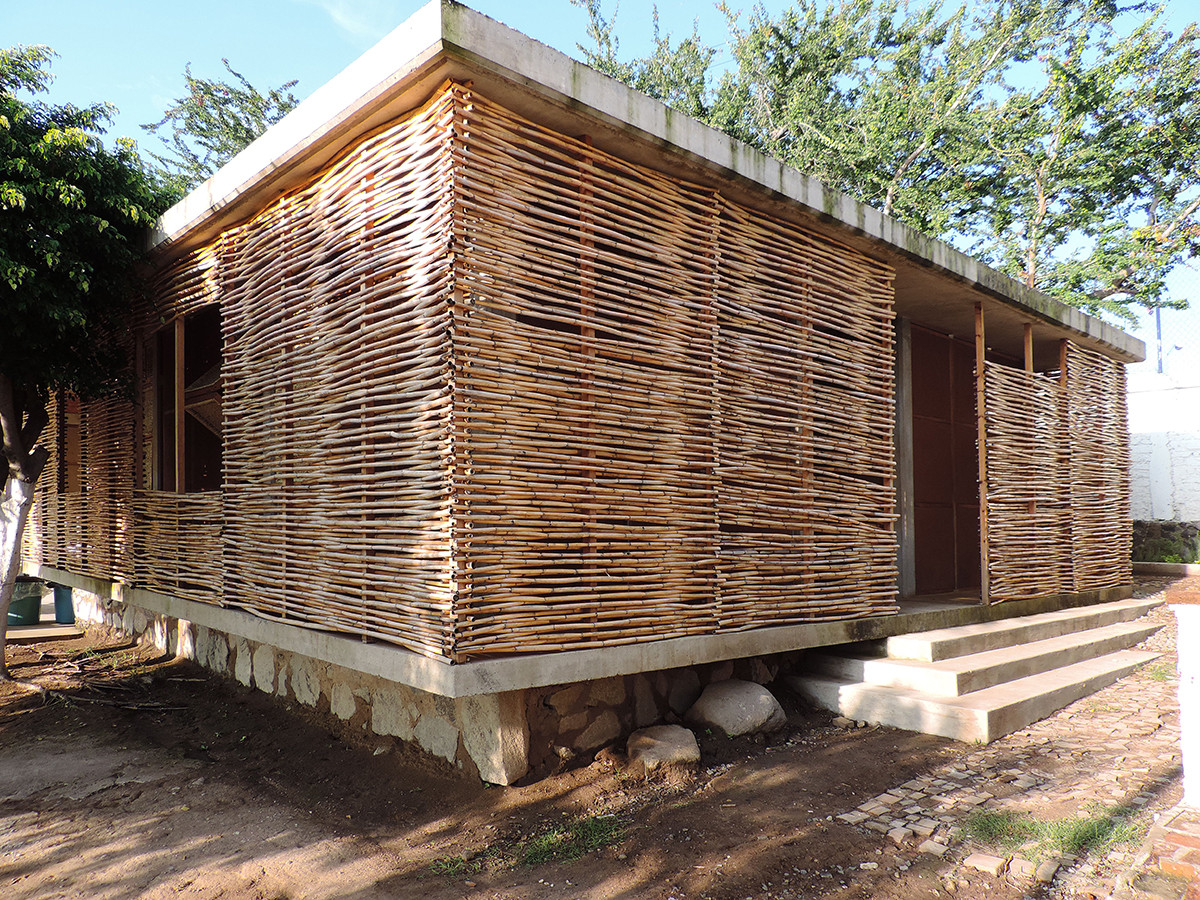 In 4 Days, 100 Volunteers Used Mud and Reeds To Build This Community Center in Mexico | ArchDaily