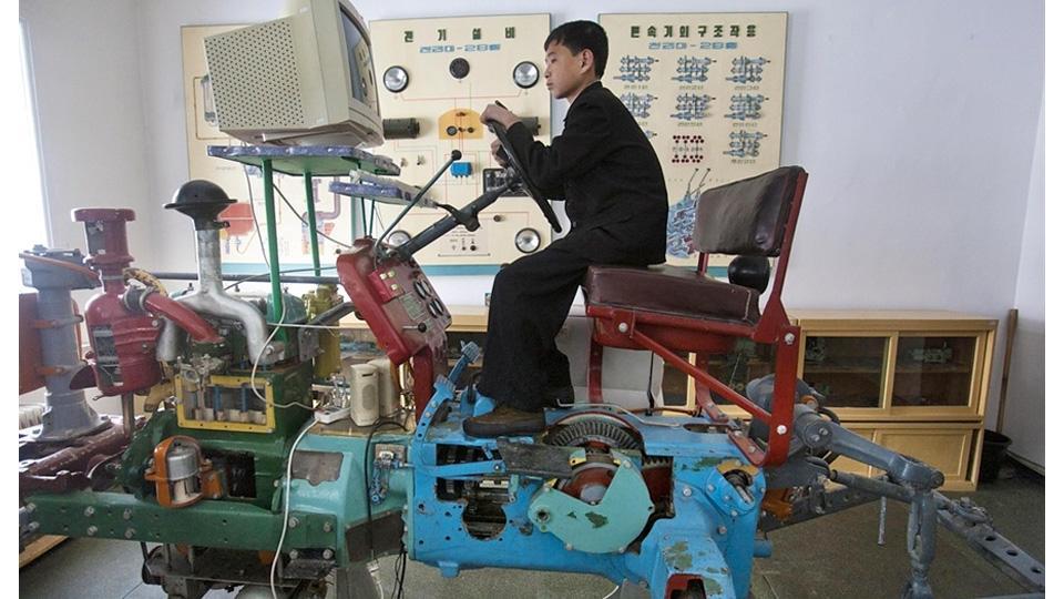 Pó?nocnokorea?ski symulator jazdy na traktorze | Gizmodo | gad?ety, nowe technologie, kultura internetu