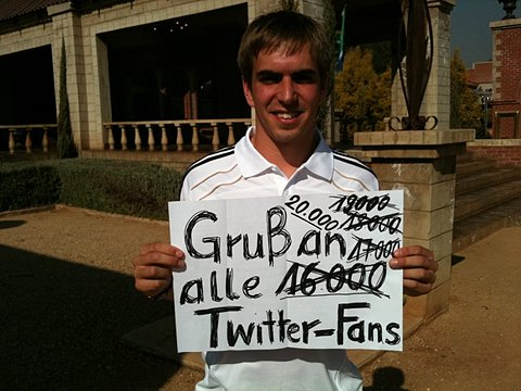 Der Kapitän grüßt die Follower. on Twitpic