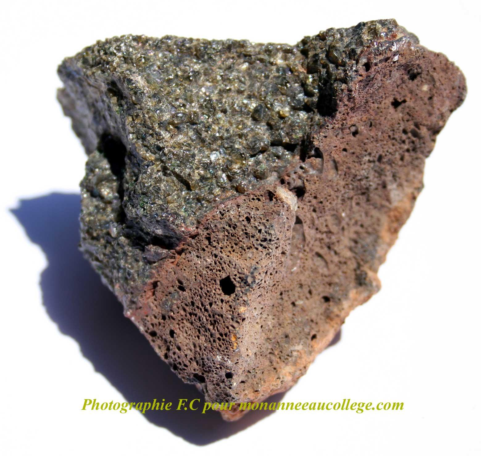 Résultats Google Recherche d'images correspondant à http://photos.monanneeaucollege.com/minerauxphoto/scorie-basalte.net1.jpg