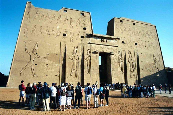 Résultats Google Recherche d'images correspondant à http://unoeilsurlaterre.cordeam.com/images/voyages/egypte-2003/egypte-pylone-du-temple-edfou.jpg
