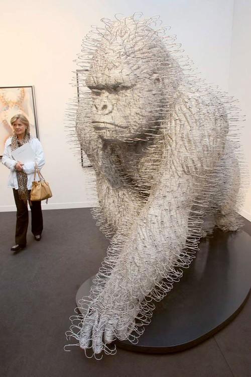 Art & Culture / 40 œuvres d'art à partir de déchets comon - c'est un gorille cintre par David Mach