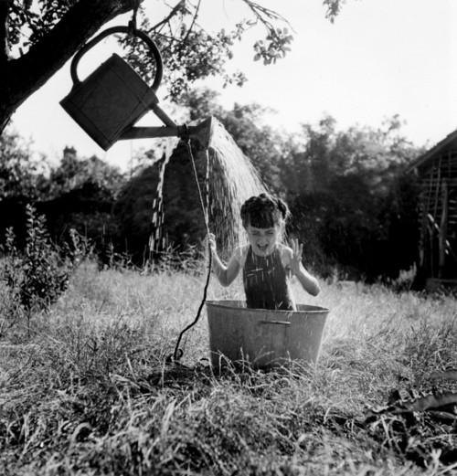 Google-Ergebnis für http://data.whicdn.com/images/10532005/robert-doisneau-the-shower-98027-500-521_large.jpg