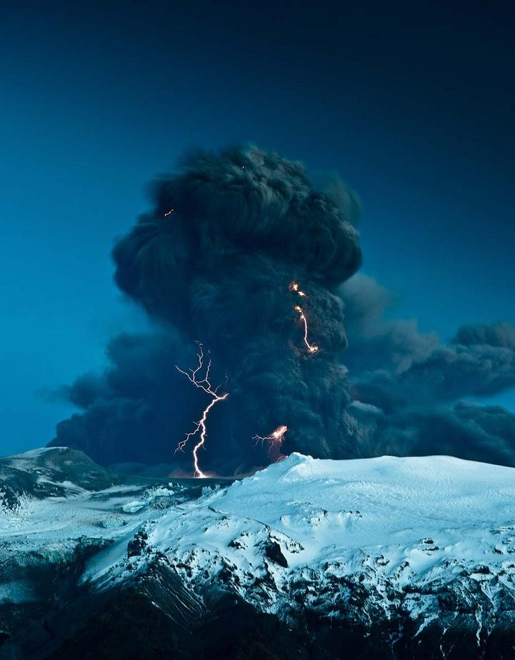 Breathtaking Volcanic Eruptions Captured at Iceland's Mt. Eyjafjallajökull » Design You Trust – Design Blog and Community
